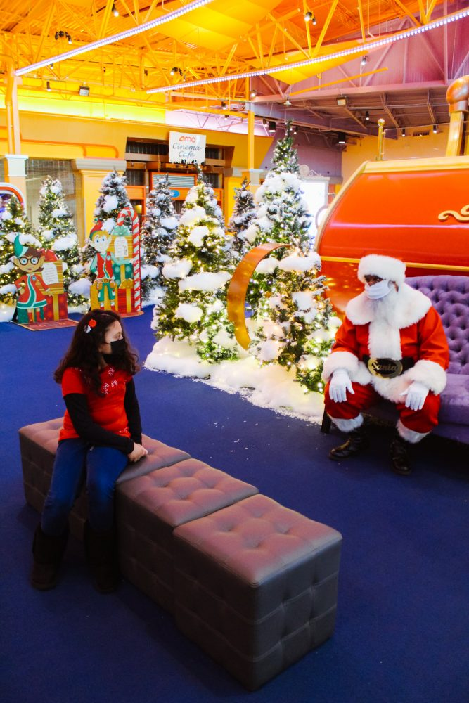 Pictures with Santa George at Great Lakes Crossing Outlets